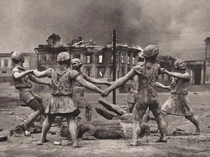 Barmaley Fountain- Photo taken during the Battle of Stalingrad 1943- by Emmanuel Evzerikhin..jpg