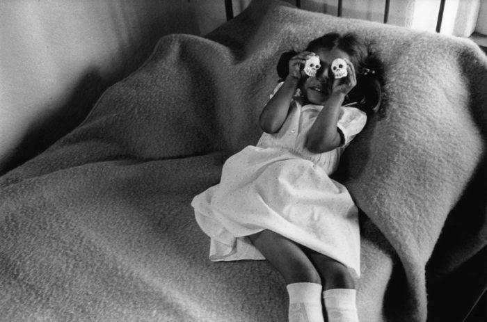 Abbas- -A little girl holds skulls over her eyes-- Mexico City- 1984.jpg