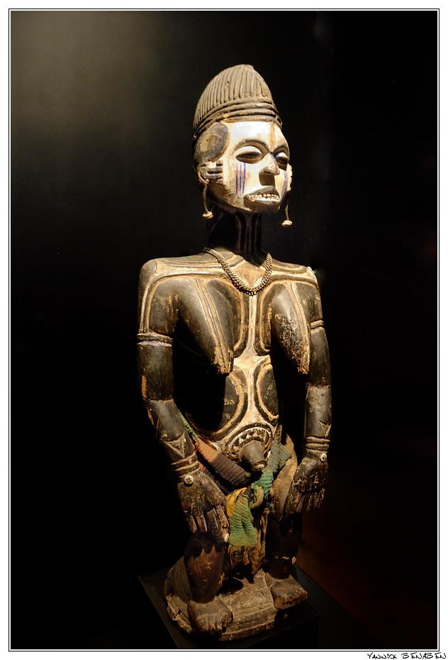 DSC1849-Musee_du_quai_Branly_Nigeria_Statue_feminine_Ekotame_signe_de_protection Yannick Bénaben.jpg